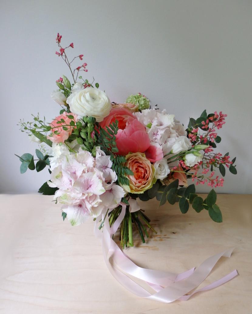 rustykalne kwiaty do ślubu i hortnesjąz peoniami