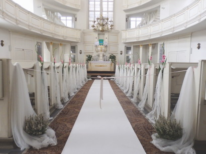 White dywanm interior of the church at the wedding
