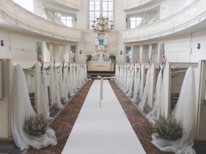 Белый dywanm интерьер церкви на свадьбе