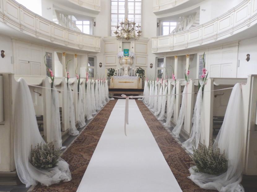 biały dywanm wystrój koscioła na ślubie