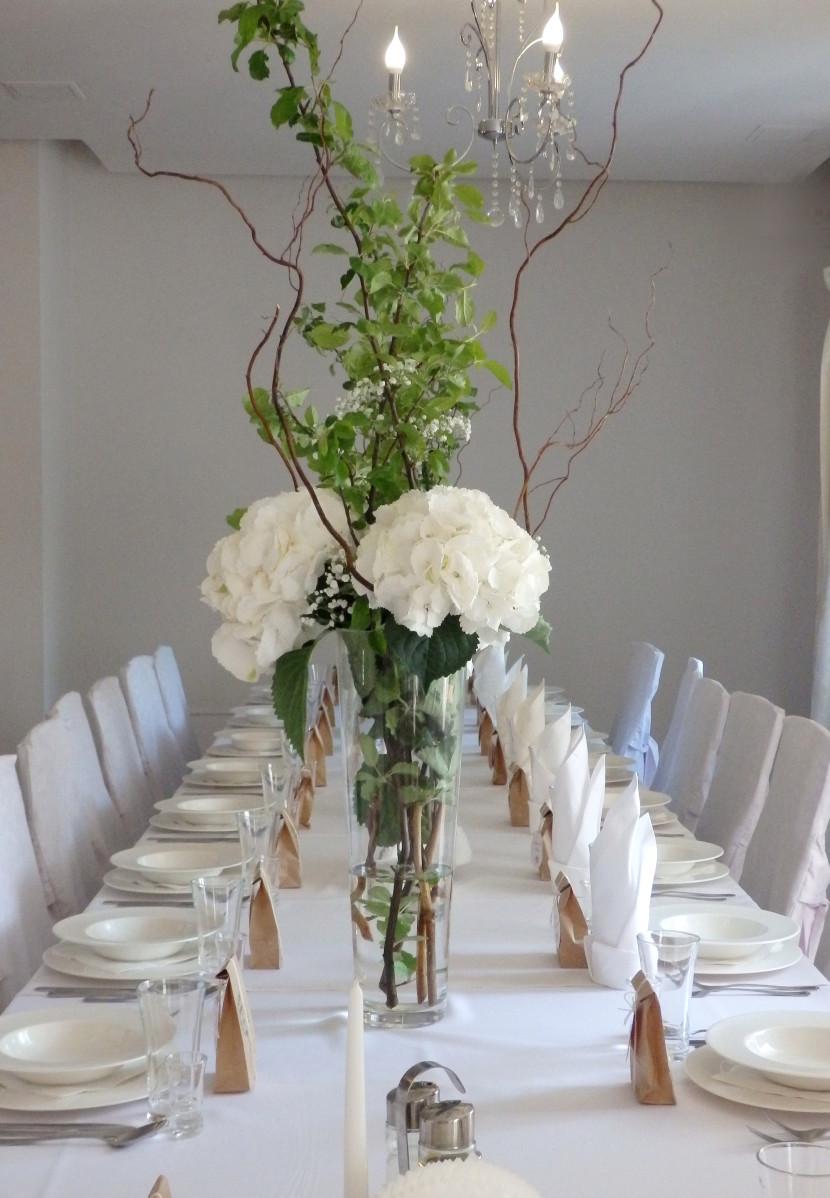 okazała kompozycje kwiatowe na dekoracje sali weselenj