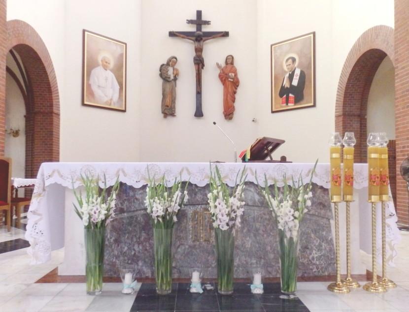 Kwiaty pod ołtarzem w kościele na ślub