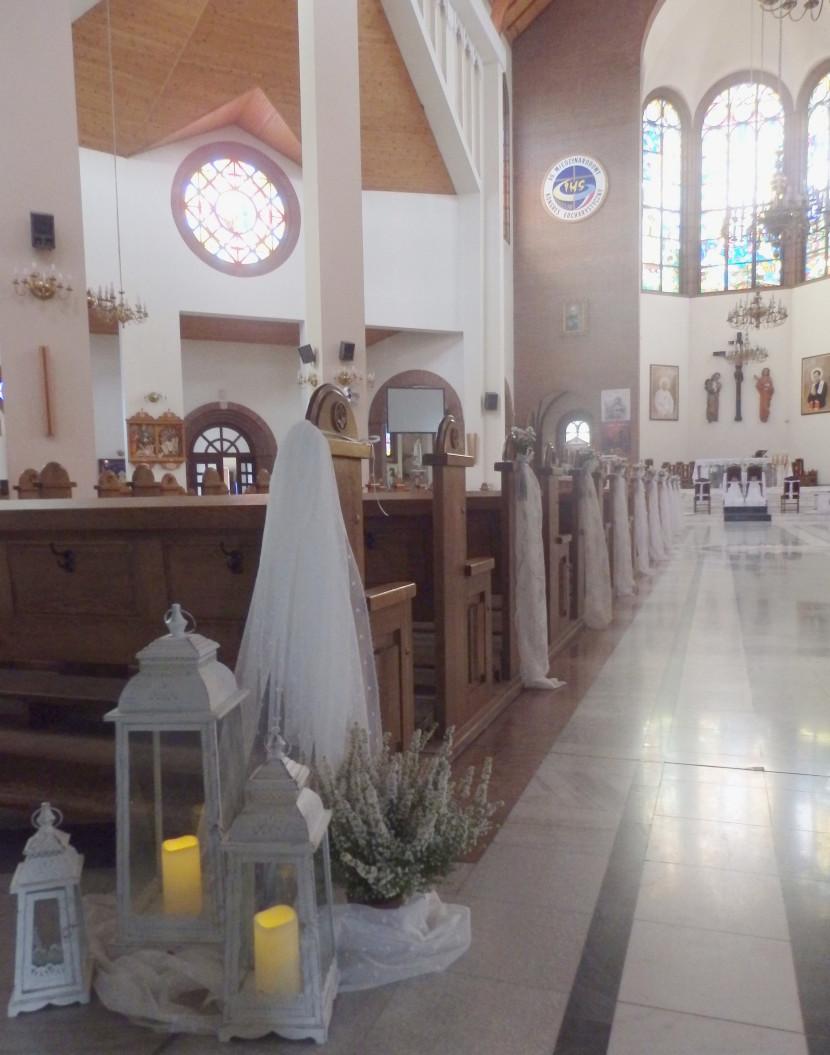 biała latarnie w kościele na ślub
