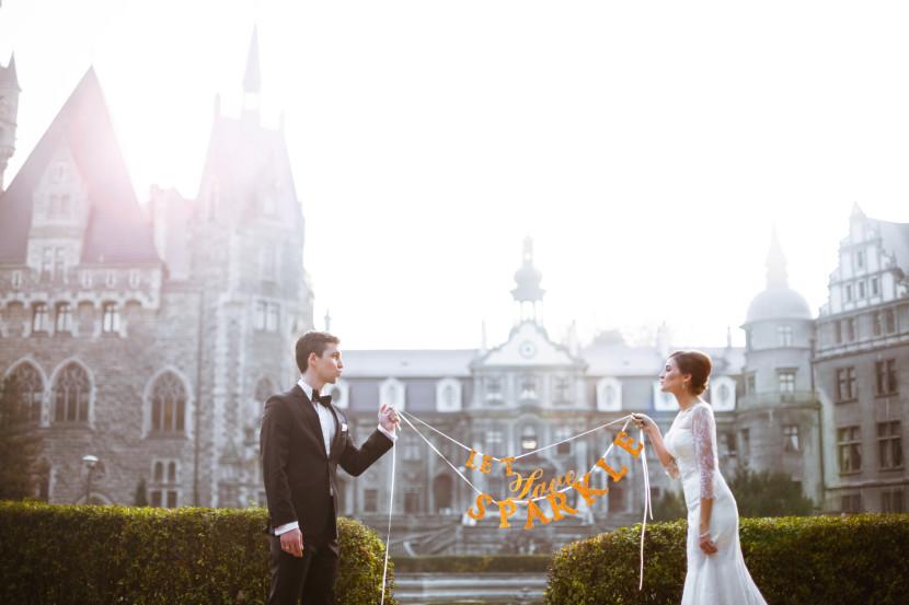Pan i Pani młoda w sesji ślubnej na zamku z napisem