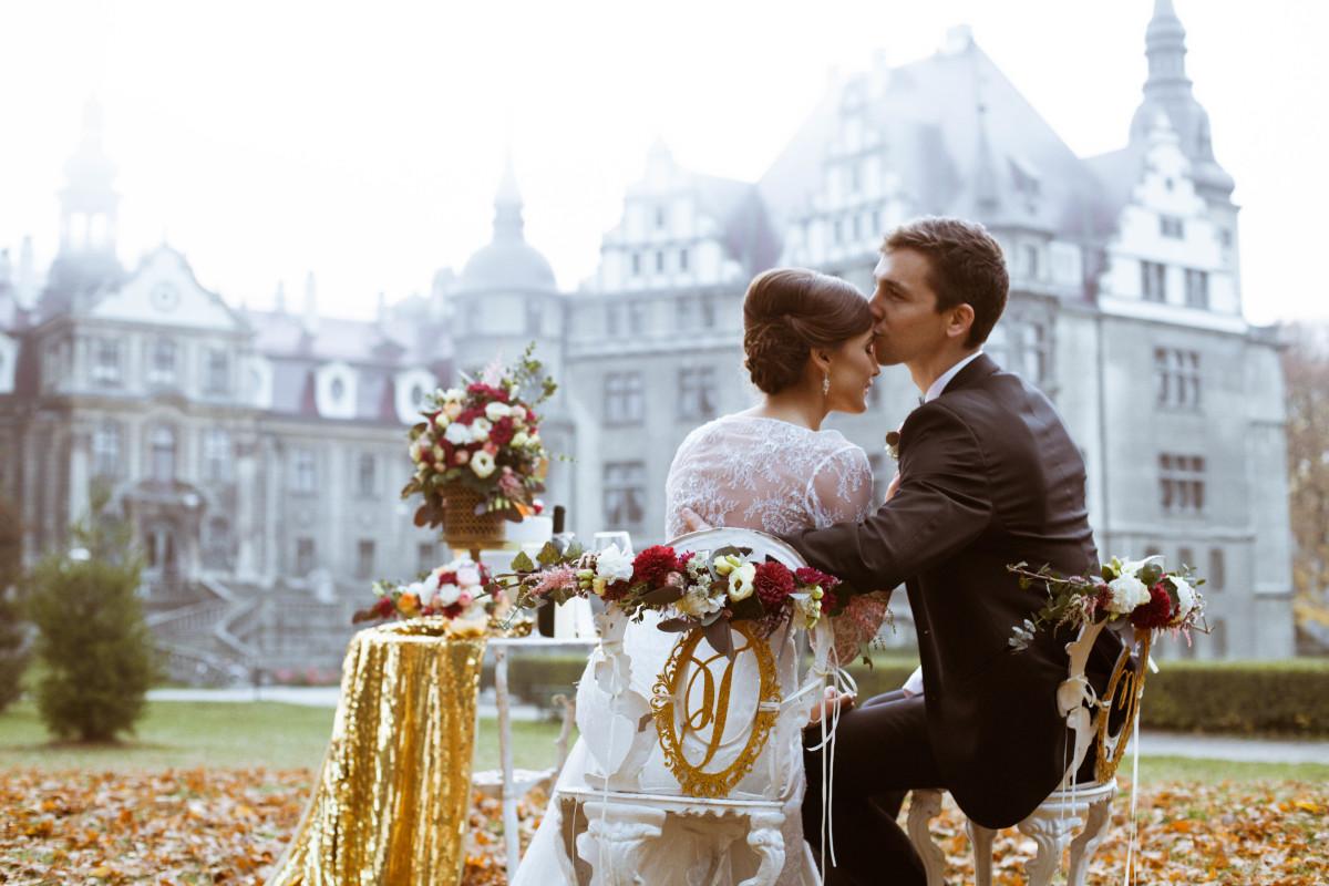 Kwiaty ślubne w sesji na zamku