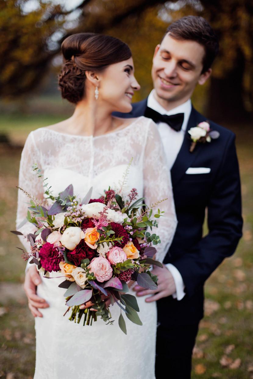 Нерегулярное свадебный букет цветов из серого красный розовый темно-бордовый łososciem