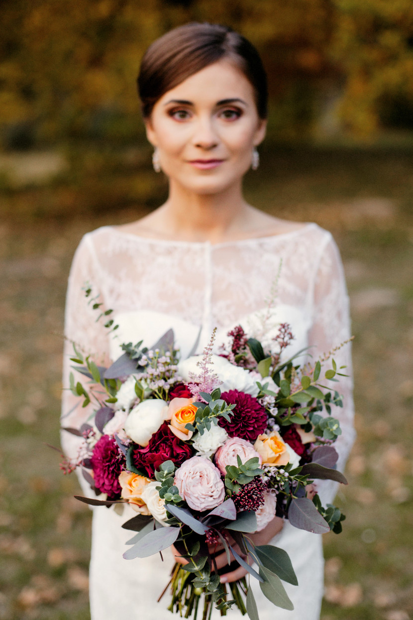 Wiązanka ślubna kolorowa z bordo peach bielą i różem z eukaliptusem